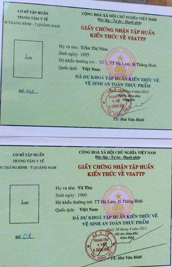 Giấy chứng nhận số 145 (phía trên) có chữ ký bằng mực do ông Mai Văn Mười ký và đóng dấu, giấy chứng nhận giả số 01 (phía dưới) có chữ ký và con dấu scan. Ảnh: D.L