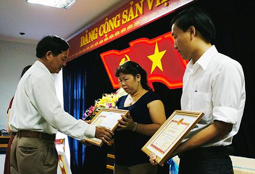 Ông Phạm Ngọc Hà trao giấy khen cho các đơn vị hoàn thành tốt công tác BHYT học sinh - sinh viên.
