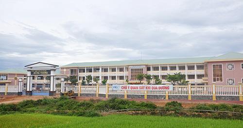 Công trình trường THPT Hùng Vương (Thăng Bình) đang hoàn tất những công đoạn cuối cùng cho năm học mới. Ảnh: X.P