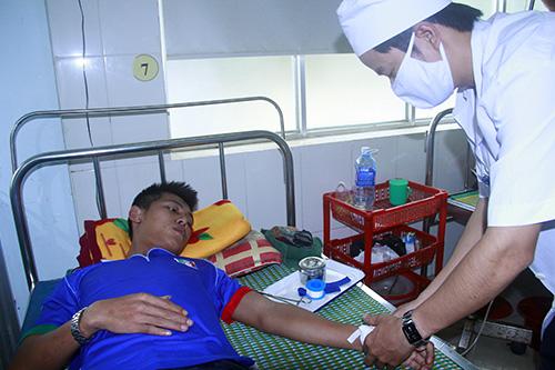 Bệnh nhân SXH đang được điều trị tại Trung tâm Y tế huyện Thăng Bình.Ảnh: PHƯƠNG GIANG