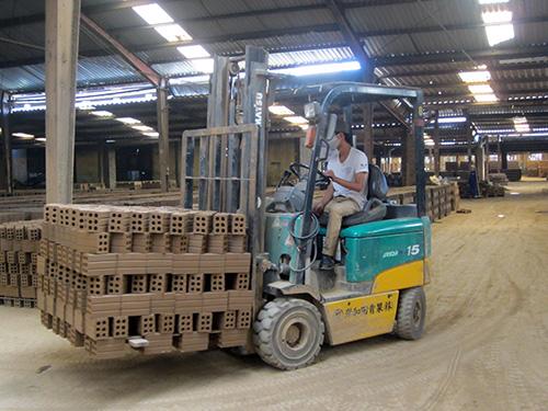 Sản xuất gạch tuynel ở Công ty CP Đất Quảng.