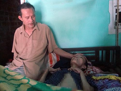 Bà Cao Thị Dao bị bại liệt phải nằm một chỗ hơn 10 năm nay.  Ảnh: THIÊN NGA