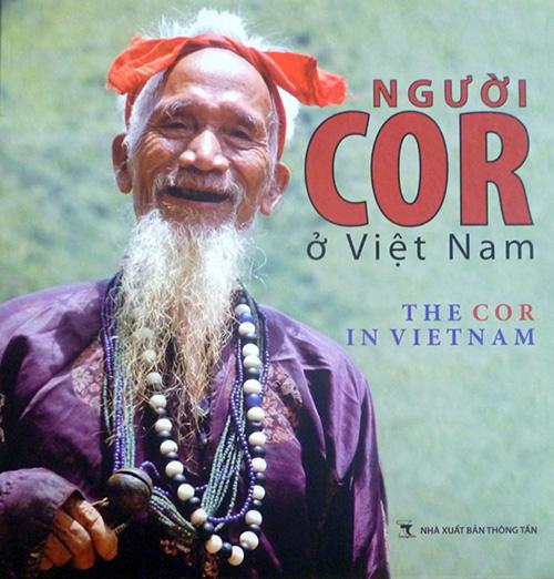 """Bìa tập sách ảnh """"Người Cor ở Việt Nam""""."""