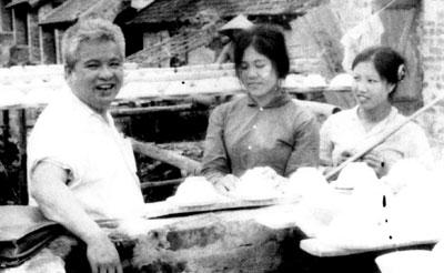 Ông Ngô Phú trong một lần đi cơ sở tìm hiểu thực tế nghề trồng dâu nuôi tằm. Ảnh tư liệu