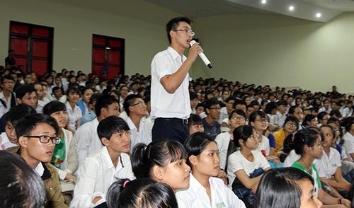 Học sinh trường Nguyễn Bỉnh Khiêm đặt câu hỏi giao lưu với các anh chị đi trước.