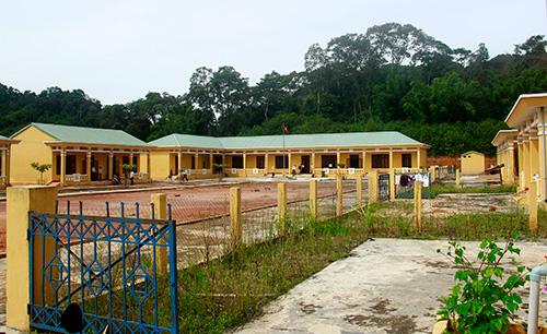 Ngôi trường khu tái định cư thôn 2 được đầu tư xây dựng khang trang đang gây ra sự lãng phí. Ảnh: H.G