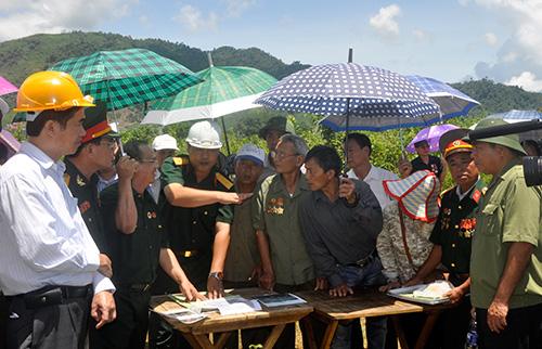 Chính quyền huyện Phước Sơn cùng các cựu binh D404 xem xét thực địa xác định vị trí hố chôn 16 liệt sĩ.
