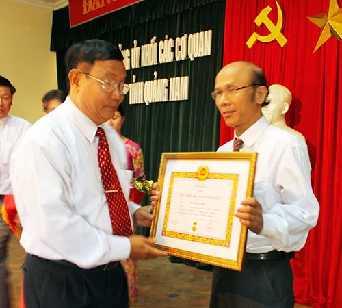 Bí thư Đảng ủy khối cơ quan tỉnh Bùi Phan Toản trao Huy hiệu 40 năm tuổi Đảng cho đồng chí Trần Văn Bốn, Chi bộ cơ quan Ủy ban kiểm tra Tỉnh ủy.