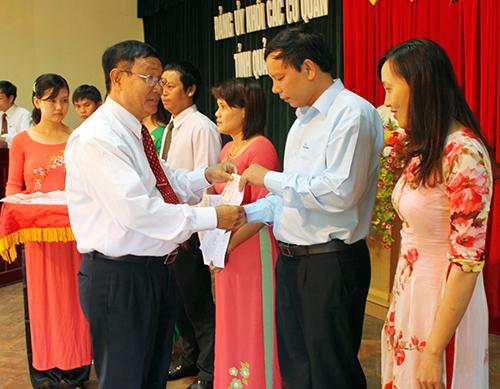 Đảng ủy khối cơ quan tỉnh trao thẻ Đảng viên đợt 2.9 cho các đảng viên.