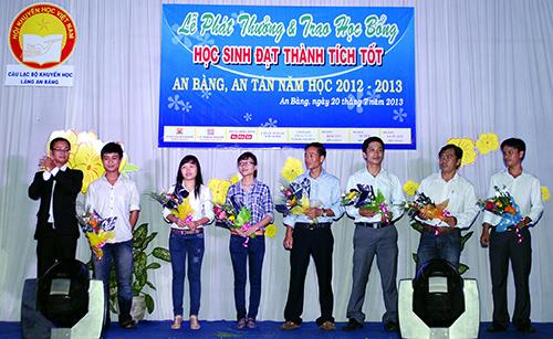 Câu lạc bộ Khuyến học làng An Bàng trao thưởng cho học sinh - sinh viên đầu năm học mới 2013 - 2014.Ảnh: L.Hiền