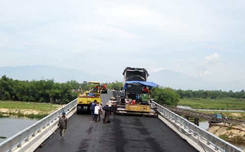 Công nhân nỗ lực thi công hoàn thiện mặt cầu Gò Nổi.