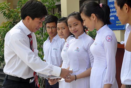 Đại diện Ngân hàng Ngoại thương Việt Nam chi nhánh Quảng Nam trao học bổng cho học sinh trường THPT chuyên Nguyễn Bỉnh Khiêm.