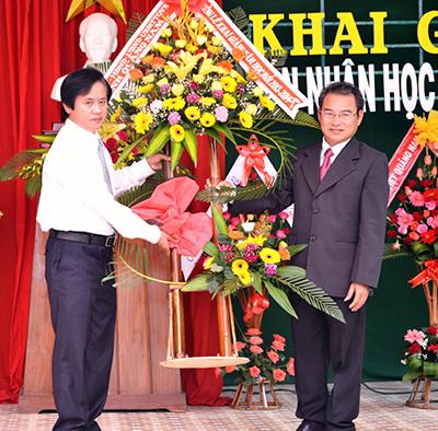 Đồng chí Ngô Văn Hùng tặng hoa cho nhà trường.