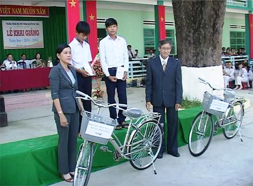 Đại diện Hội Liên hiệp phụ nữ huyện Điện Bàn tặng xe đạp cho học sinh trường THPT Nguyễn Duy Hiệu. Ảnh: Châu Tấn.