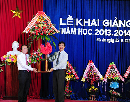 Thay mặt lãnh đạo tỉnh, Phó Chủ tịch thường trực UBND tỉnh Nguyễn Ngọc Quang trao tặng lẵng hoa chúc mừng. Ảnh: Minh Hải