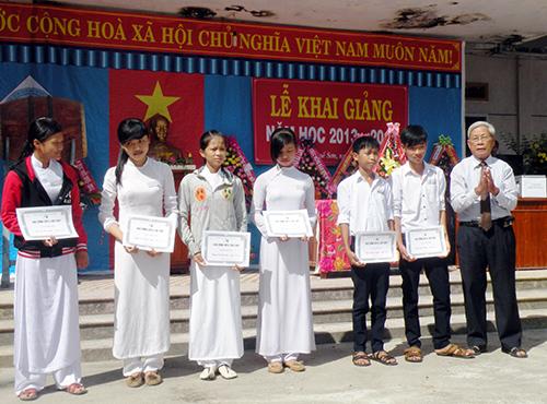 Trao học bổng Spell cho các em học sinh tiêu biểu của Trường THPT Nguyễn Văn Cừ.