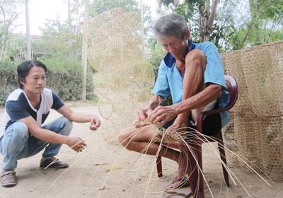 Người làng Trung An lấy nghề đan lờ làm thú vui lúc nông nhàn.Ảnh: CÔNG TÚ