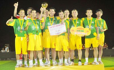 Đội Vietcombank Quảng Nam bị tước cúp vô địch.Ảnh: ANH SẮC