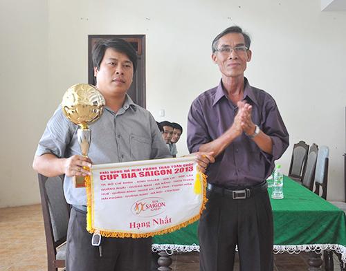 Trao cúp vô địch cho đội bóng Công ty Trung Trung Bộ.