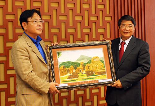 Bí thư Tỉnh ủy Nguyễn Đức Hải đã tặng Ngài Kim Young-mok bức tranh Mỹ Sơn - Di sản văn hóa thế giới.