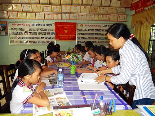 Cô Lê Thị Ngọc Ánh hướng dẫn các em cách viết nhật ký.