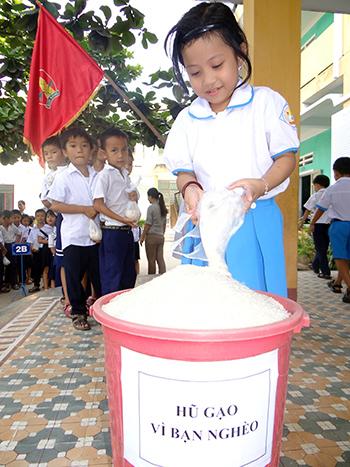 """Các đội viên trường Tiểu học Nguyễn Phan Vinh tham gia phong trào """"Hũ gạo vì bạn nghèo""""."""