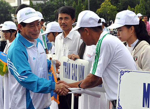 Ông Võ Văn Lâm trao cờ lưu niệm cho các đoàn tham gia giải năm 2012. Ảnh: ANH SẮC