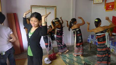 Bling Thi Xiec and her dance class. Photo: Lan Anh
