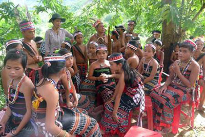 Bling Hanh and young Cotu dancers. Photo: Lan Anh