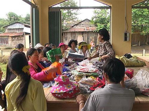 Bà con tiểu thương và người dân xã Phước Chánh bắt đầu hoạt động buôn bán ngay khi chọ khai trương.