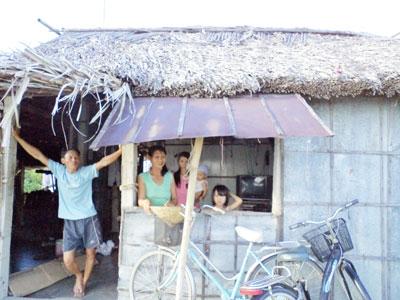 Nhiều năm qua, các hộ dân tái định cư làng chài Cẩm An phải sống trong cảnh tạm bợ, chờ được bố trí đất. Ảnh: H.L
