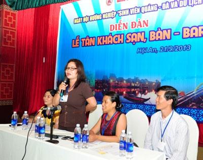 Lãnh đạo các cơ quan nhà quản lý nhà nước về du lịch giải đáp thắc mắc cho sinh viên. Ảnh: MINH HẢI