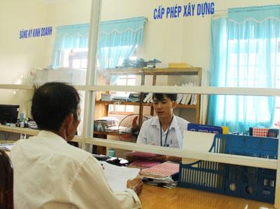 Ông Lương Lộc, thôn Xuân Phú, xã Tam Thái đến nhận giấy chứng nhận quyền sử dụng đất tại Trung tâm giao dịch một cửa huyện Phú Ninh.                                         Ảnh: XUÂN NGHĨA