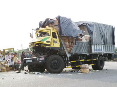 Xe chở hàng gây tai nạn trên quốc lộ 1. Ảnh: C.T