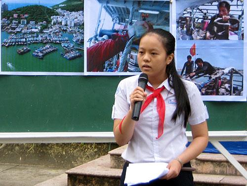 Em Đỗ Bích Ngọc, lớp 9/4, thuyết trình về chủ quyền của Việt Nam đối với 2 quần đảo Trường Sa và Hoàng Sa trong một buổi sinh hoạt ngoại khóa. Ảnh: Nguyễn Điện Ngọc