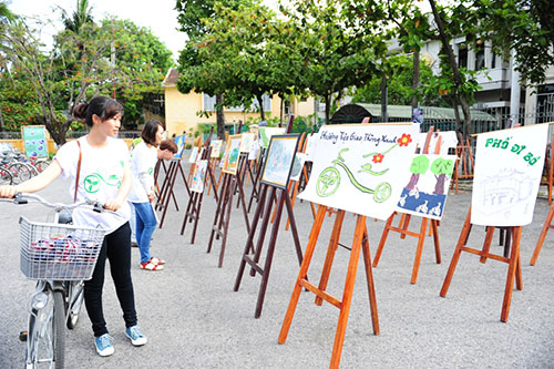 Watching photos exhibition on  environmental protection. Photo: Minh Hai