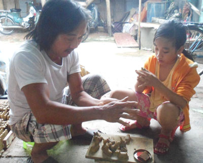 Em Phan Thị Huỳnh Phương sau khi học xong khóa đào tạo đã có thể nặn thành thục những con tò he.Ảnh: H.Y