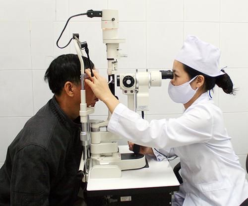 Người dân đến khám bệnh đau mắt đỏ tại Trung tâm Y tế. Ảnh: A.T