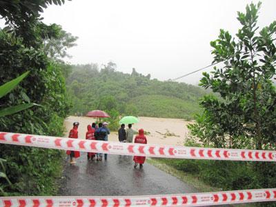 Mưa lớn, nước dâng cao khiến nhiều tuyến đường lên vùng cao bị ngập sâu trong nước. Ảnh: N.DƯƠNG