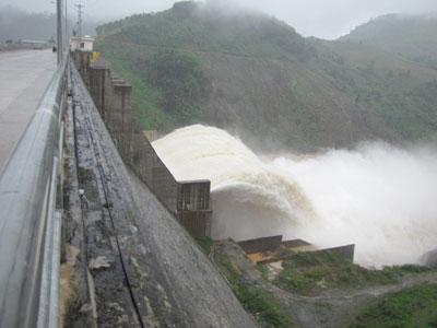 Thủy điện Đăk Mi 4 bắt đầu xả lũ vào sáng 2/10 với lưu lương 2.000m3/s. Ảnh: N.DƯƠNG