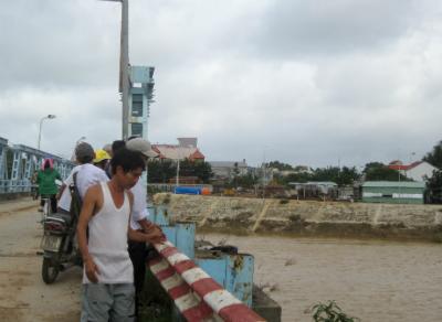 Người dân Đại Lộc theo dõi tình hình lũ trên sông Vu Gia. Ảnh: CÔNG TÚ