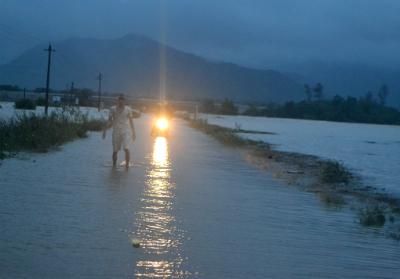 Nước lũ ngập tuyến ĐT611 chia cắt hai huyện Quế Sơn và Nông Sơn. Ảnh: TRUNG THÀNH