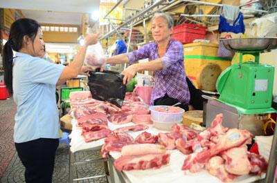 Trong khi người chăn nuôi chịu lỗ thì giá thịt heo lại rất cao khi đến tay người tiêu dùng.