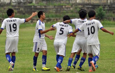 Niềm vui của các cầu thủ Tam Kỳ sau khi nâng bàn thắng lên 2-0 tại trận lượt về trên sân vận động tỉnh Quảng Ngãi. Ảnh:  ANH SẮC