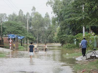 Nhiều đoạn trên tuyến ĐT609 thường xuyên bị ngập nước do lũ lụt. Ảnh: S.C
