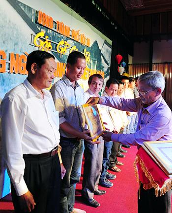 Lãnh đạo TP. Hội An tặng giấy khen cho các doanh nhân đã đóng góp lớn vào sự phát triển kinh tế -  xã hội của địa phương.  Ảnh: MINH HẢI