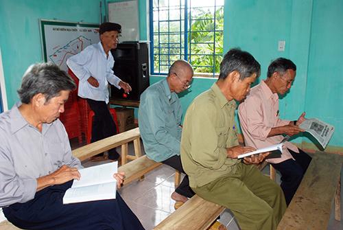 """Đến nhà văn hóa tìm đọc sách, báo từ """"Tủ sách nông thôn mới"""" đã trở thành nếp sống đẹp trong mỗi người dân thôn 2, xã Tiên Sơn.Ảnh: ĐOÀN ĐẠO"""
