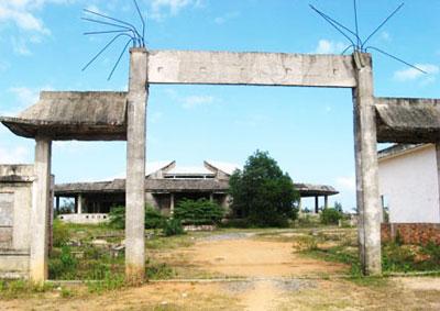 Công trình nhà hỏa táng Hội An bỏ hoang gần 10 năm nay.Ảnh: HỮU PHÚC