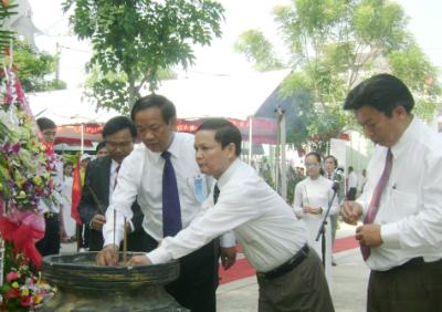Phó Chủ tịch UBND tỉnh Đinh Văn Thu dâng hương tưởng niệm nhà chí sĩ yêu nước Nguyễn Duy Hiệu mà trường vinh dự mang tên.
