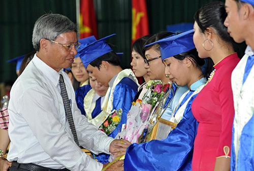 TS.Lê Duy Phát tặng hoa cho các sinh viên tốt nghiệp. Ảnh: X.P